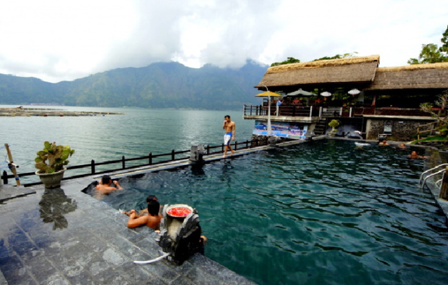 Staying on the edge of Lake Batur